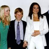 """Prinz Harry strahlt: Mit gerade mal 13 Jahren ist er schon umringt von attraktiven Frauen. In Johannesburg trifft er die """"Spice Girls"""" Emma und Victoria hinter der Bühne."""