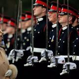 Prinz Harry, Absolvent der Sandhurst-Militärakademie, kann sich 2006 ein breites Grinsen nicht verkneifen, als er bei der Militärparade ausgerechnet vor seiner Großmutter strammstehen muss.