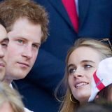 Cressida Bonas himmelt ihren Harry an, während der sich auf das Rugbyspiel zwischen England und Wales konzentriert.