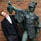 Mit 18 Jahren und kurz vor dem Abschluss in Eton ist Prinz Harry beim Fototermin zu Scherzen aufgelegt.