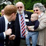 Nanu? Prinz Harry scheint dem Kleinen etwas Angst zu machen. Einen Augenblick später ist aber alles vergessen und die beiden strahlen sich gegenseitig an.
