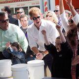 Prinz Harry trifft dort Opfer der Katastrophe, die ihr Lächeln nicht verloren haben.