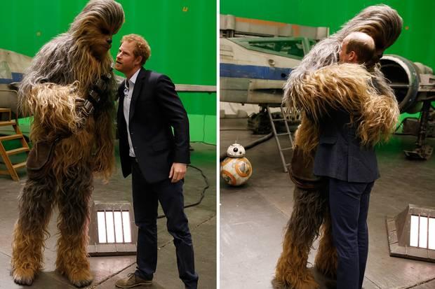 """Prinz Harry und Prinz William statten den Pinewood Studios in West-London einen Besuch ab. Dort treffen sie am Set von """"Star Wars"""" auf Chewbacca."""