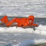 Harry weiß, wie man sich amüsiert: Hier treibt er am Nordpol in einem Tauchanzug auf dem eisigen Wasser.