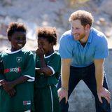 """Bei seinem Besuch im südafrikanischen Kapstadt trifft Prinz Harry Kinder des """"Khayelitsha Football for Hope Project""""."""