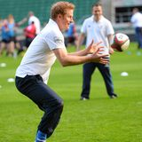 """Sportlich, sportlich. Im Rahmen des """"Rugby Football Union All Schools Programms"""" trainiert Prinz Harry mit Schülerinnen im englischen Twickenham."""