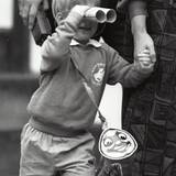Am ersten Tag im Kindergarten schaut sich der gerade drei Jahre alt gewordene Prinz Harry die Welt durch ein selbstgebasteltes Fernglas an. Ob er sich dazu von den vielen Fotografen hat inspieren lassen, die ihn beobachten?