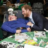 """Prinz Harry beweist mal wieder, dass er sehr gut mit Kindern kann. Beim """"Bafta""""-Charity-Event in London zaubert er diesem Jungen ein breites Lächeln ins Gesicht."""