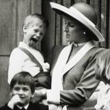 """Schon mit vier Jahren zeigt Prinz Harry, dass er mehr Lust auf Herumalbern hat, als vom """"Buckingham Palace"""" zu winken."""