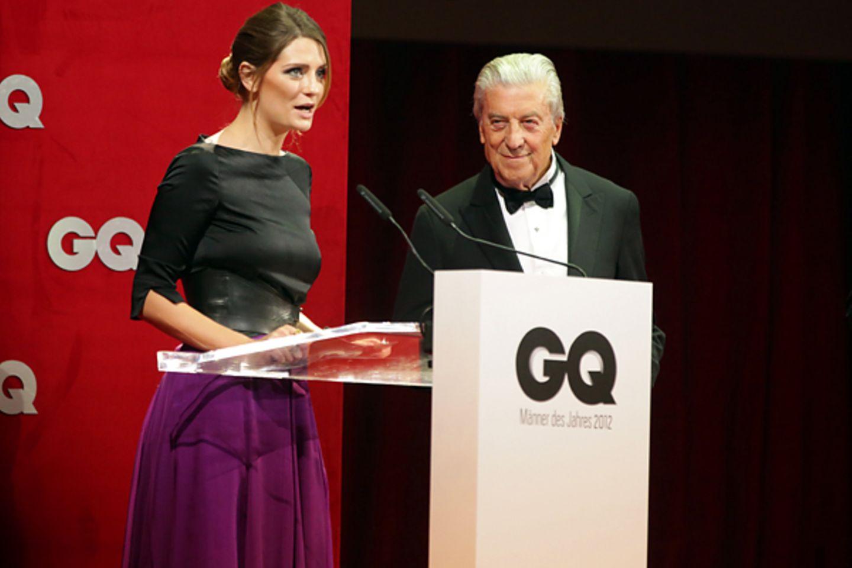 """GQ Men Of The Year Award 2012: Mischa Barton überreicht dem italienischen Modedesigner Nino Cerruti den """"Fashion""""-Preis."""