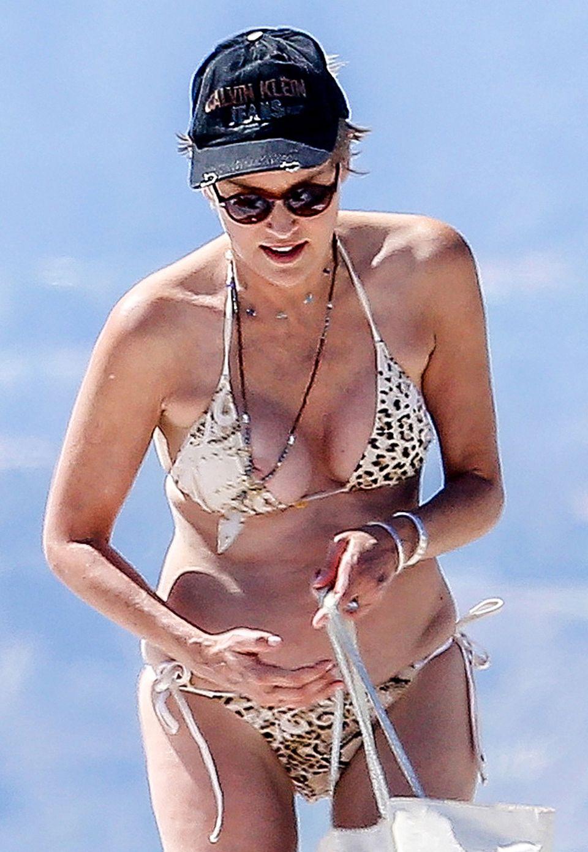 Mit ihrer immer noch beeindruckenden Figur kann sich Sharon Stone knappe Bikinis auf jeden Fall erlauben. Die bergen aber auch die Gefahr, leicht zu verrutschen. So wie hier am Strand von Venice, und da sind auch immer ein paar Paparazzi mit ihren Kameras unterwegs.