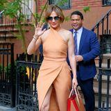 Das Hingucker-Outfit , dass JLo sich für eine Wahlparty bei Harvey Weinstein ausgesucht hatte, ist nämlich so hoch geschlitzt, dass immer wieder ihr Höschen hervorblitzt.