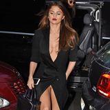 Selena Gomez sieht in ihrem schwarzen Kleid zweifellos umwerfend aus. Blöd nur, dass beim Gehen der hohe Beinschlitz einen kurzen Blick auf ihre Unterwäsche freigibt.