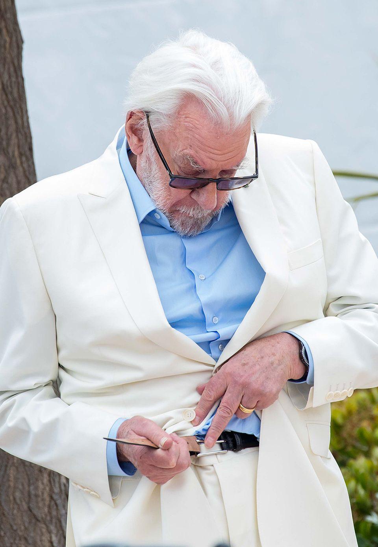 So herrlich unprätentiös! Donald Sutherland bemerkt während des Fototermins zur Jury-Vorstellung in Cannes, dass sich seine Hose selbständig machen will und sorgt mittels Gürtel kurzerhand vor allen Kameras für mehr Spannung in der Taille.