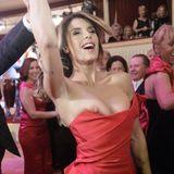 """Ooops! Als Stargast auf dem Wiener Opernball zeigt Elisabetta Canalis etwas mehr Haut als geplant. Ihren Gastgeber Richard """"Mörtel"""" Lugner scheint's zu freuen."""