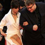 """Hups, der Schlitz ging nun doch ein wenig zu hoch! Sophie Marceau gewährt bei den Filmfestspielen in Cannes etwas zu tiefe Einblicke und offenbart einen hautfarbenen """"Bridget Jones""""-Schlüpfer unterm weißen Wickelkleid."""
