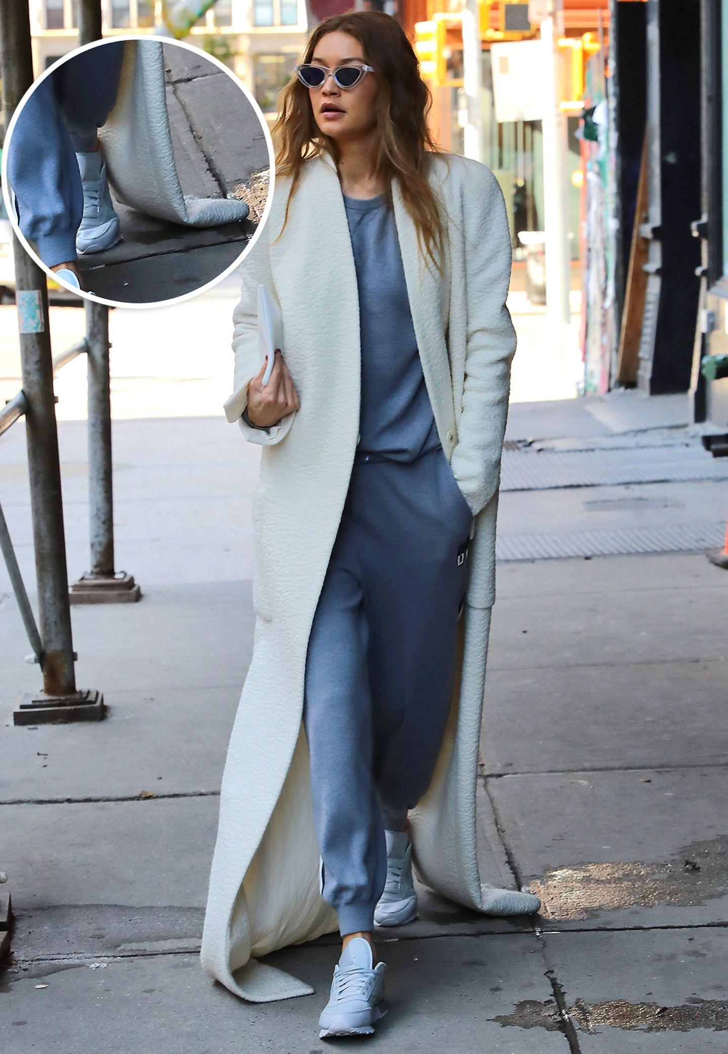 Der XXL-Kuschelmantel von Gigi Hadid sieht zwar gut aus, sollte dann aber auch sorgsam behandelt und getragen werden. Das Model schert sich jedoch nicht darum und wischt mit dem feinen weißen Stoff den Boden und geht sogar durch Pfützen.