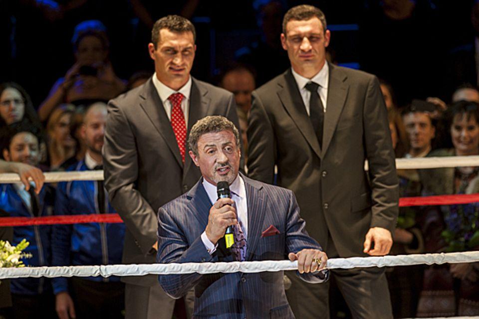 Untertosendem Applaus steigt auch Sylvester Stallone am Ende in den Ring und hält eine kurze Rede.