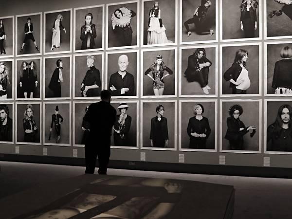 113 Prominente haben sich von Karl Lagerfeld im Chanel-Klassiker ablichten lassen. Hier ein kleiner Überblick aus der Pariser Au