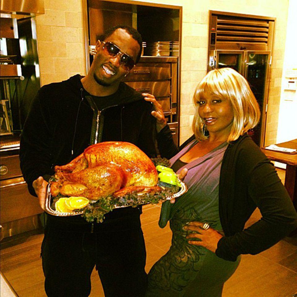 """Rapper P. Diddy kredenzt seiner Mutter einen Truthahn und wünscht """"allen Müttern da draußen Happy Halloween""""."""
