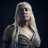 """Für eine Parodie auf """"Game Of Thrones"""" schlüpft Jimmy Fallon in das Kostüm von """"Daenerys Targaryen"""", der Serienrolle von Emilia Clarke."""