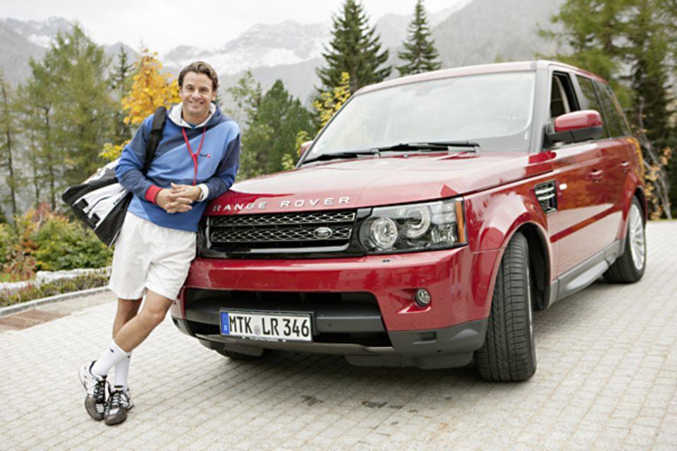 Der rote Range Rover hat Schauspieler Stephan sicher in die schweizer Berge gebracht.
