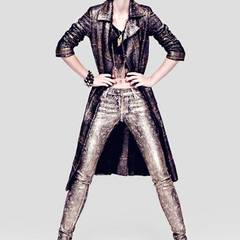 Knielanger Mantel von St. Emile. Top aus Spitze, von Urban Outfitters. Jeans mit Brokat-                                   Beschichtung, von 7 for all Mankind. Hi