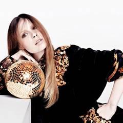 Lena in einem schwarzen Samtkleid mit barocken Applikationen, von Dolce & Gabbana. Buddha-Ring aus Gelbgold, von Patrick Muff. G
