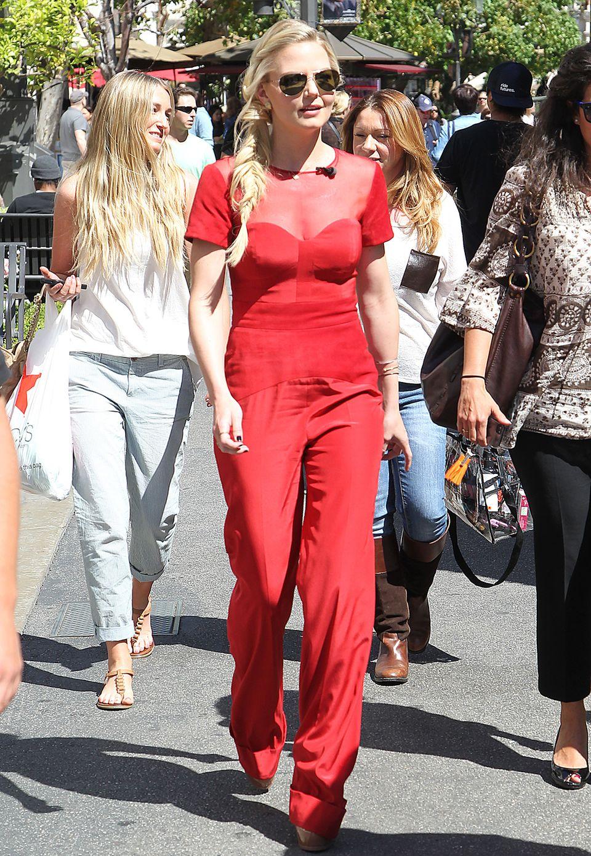Jennifer Morrisons Dekolleté ist in dem roten Seiden-Jumpsuit gut sichtbar.
