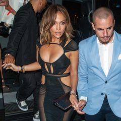 Oh là là! Im halbtransparenten Etui-Kleid mit sexy Cut-Outs von Bao Tranchi feiert Jennifer Lopez ihren 46. Geburtstag (!) in den Hamptons.