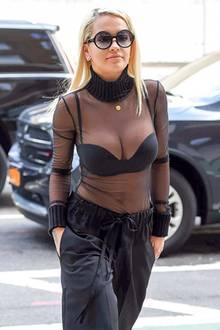 Hochgeschlossen und doch sexy? Bei Rita Ora funktioniert diese Kombi mit weiter Seidenhose und hohen Plateau-Heels ganz großartig. Und das transparente Oberteil könnte Ihnen bekannt vorkommen. Kim Kardashian zeigte ihren wachsenden Babybauch auch schon darin.
