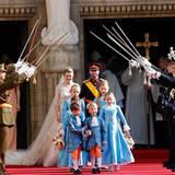 Nach dem Traugottesdienst schreitet das Paar unter einem Spalier aus Schwertern entlang.