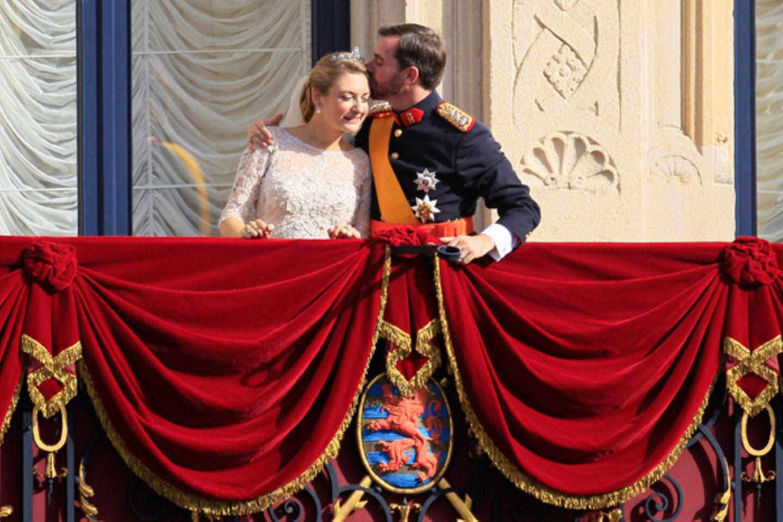 Stéphanie de Lannoy und Guillaume von Luxemburg genießen den Moment auf dem Balkon.