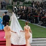 Gleich zwei Brautjungfern tragen die Schleppe.