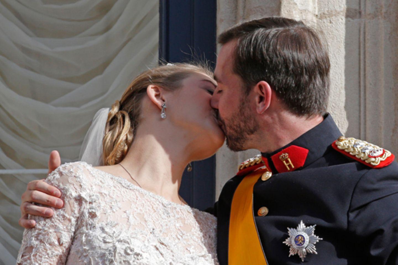 Da ist er: der Hochzeitskuss.