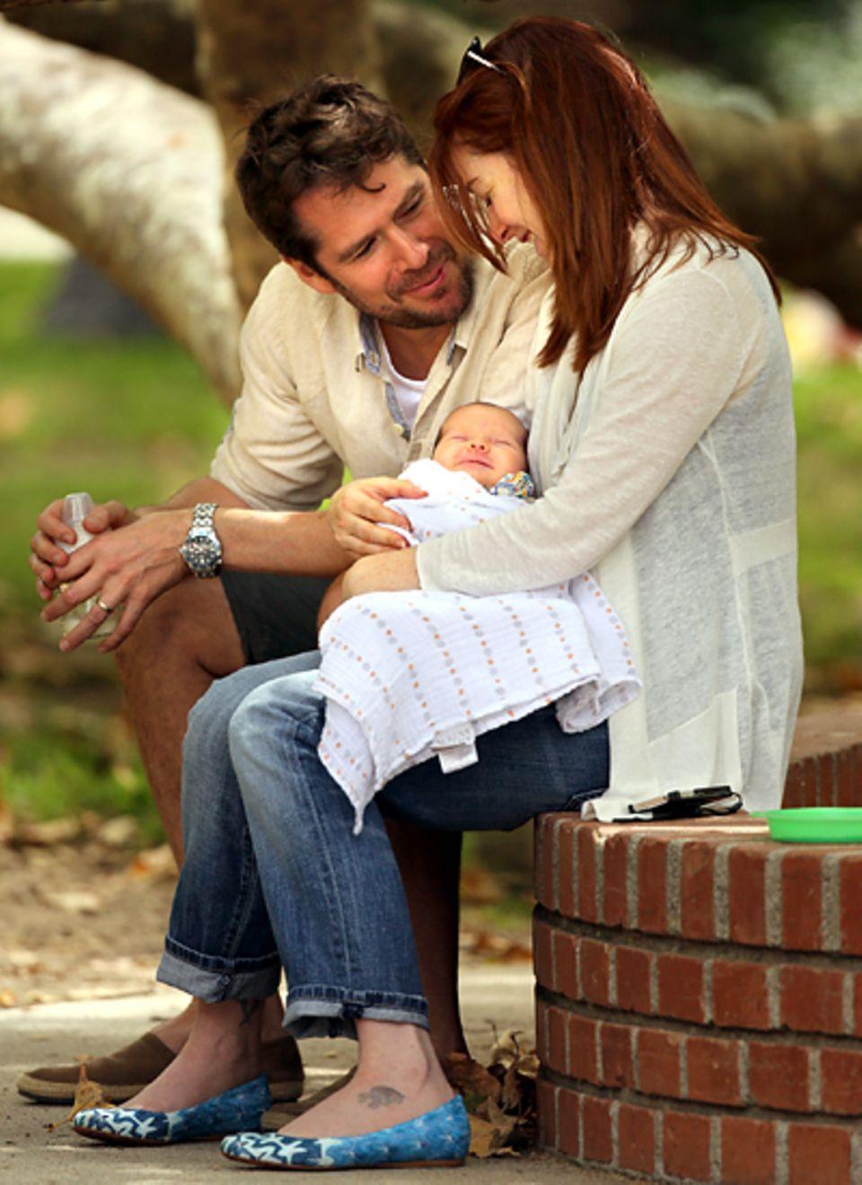 Juli 2012: Bei einem Picknick in Los Angeles zeigen sich Alyson Hannigan und Alexis Denisof freudestrahlend mit ihrem Nachwuchs.