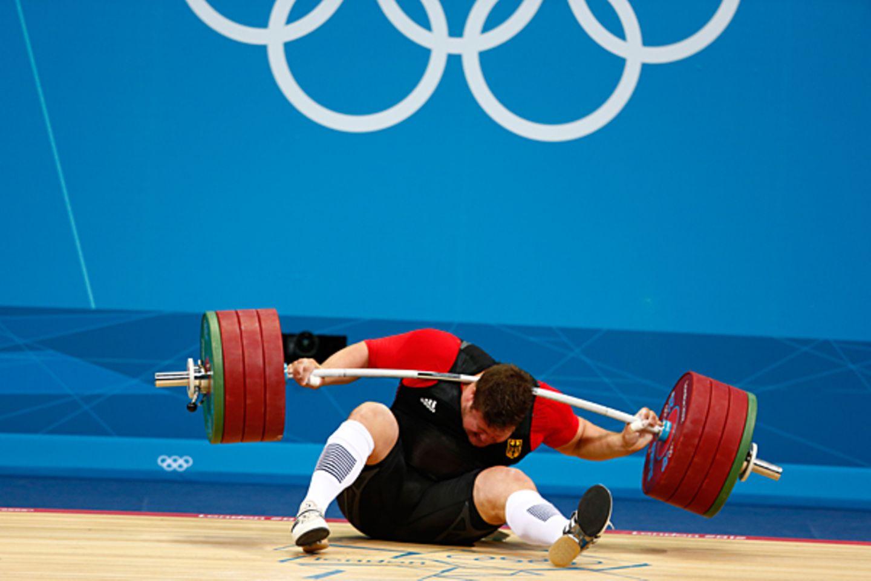 Schrecksekunde bei den Olympischen Spielen in London: beim Gewichtheben krachen Matthias Steiner fast 200 kg in den Nacken. Der