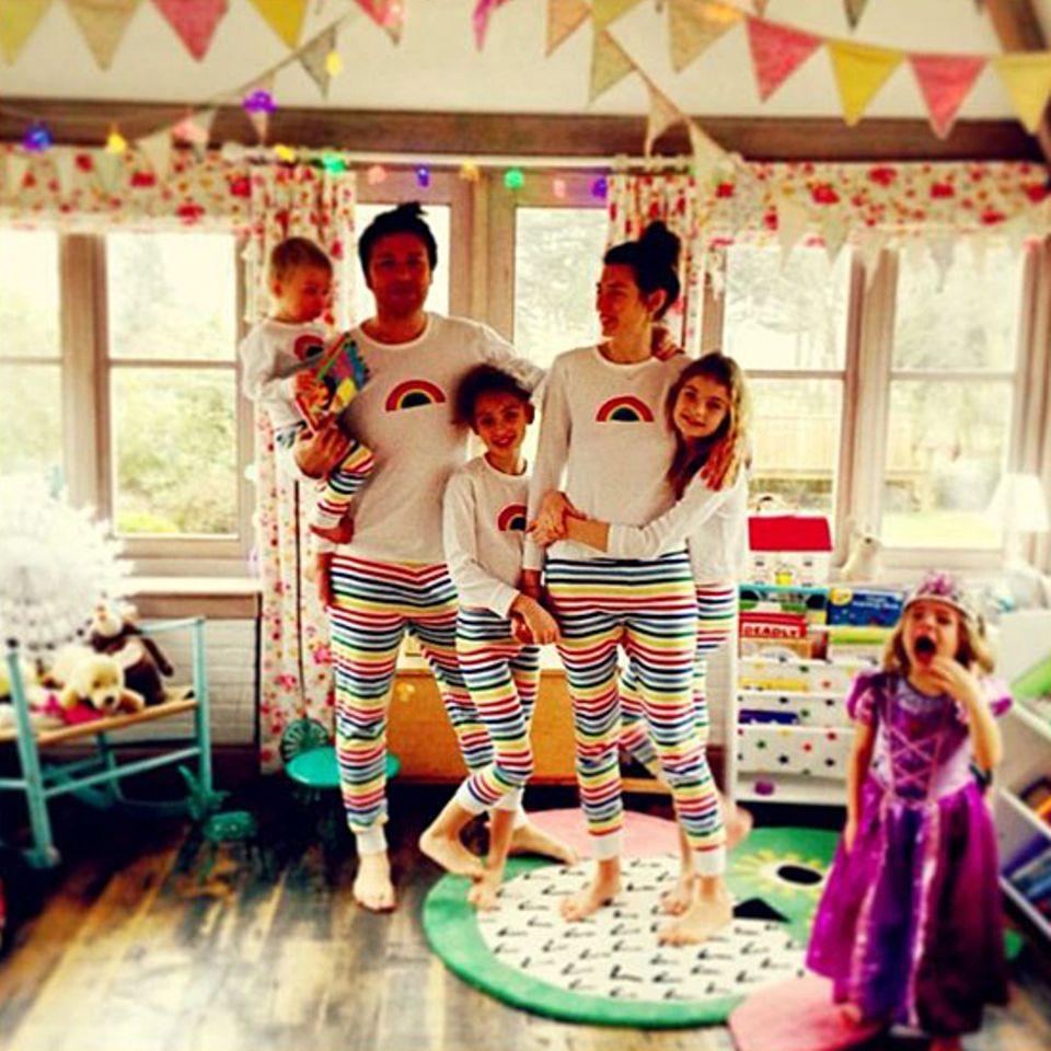 19. Dezember 2012: Jools Oliver hat Regenbogen-Pyjamas entworfen. Jamie Oliver und den Kindern stehen die bunten Hosen ausgespro