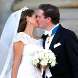 Nach der kirchlichen Trauung zeigt sich das Paar der Öffentlichkeit. Es folgt ein ganz langer Hochzeitskuss.