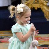 """9. Septemeber 2016  Prinzessin Leonore ist zu Gast auf der Taufe ihres Cousins Alexander - und Stoffhase """"Kaninen"""" ist natürlich mit dabei. Und die goldenen Sandalen und die Haarschleife, die die kleine Prinzessin oft trägt."""