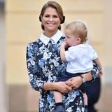 9. September 2016  Strahlend trägt Prinzessin Madeleine ihren Sohn Nicolas aus der Kirche. Der Kleine lutscht hingebungsvoll am Daumen.