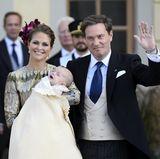 11. Oktober 2015  Endlich ist der große Moment gekommen. Schwedens jüngster Prinz Nicolas wird getauft. Wie bei seiner Schwester Leonore finden die Feierlichkeiten in der Schlosskirche von Drottningholm statt. Stolz präsentieren die Eltern Prinzessin Madeleine von Schweden und ihr Mann Chris O'Neill den kleinen Täufling.