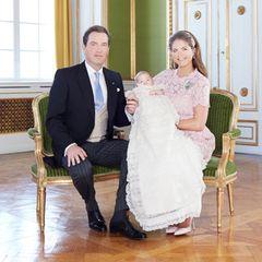 Eines der offiziellen Taufbilder zeigt die kleine Prinzessin mit ihren Eltern Madeleine und Chris, der zärtlich ihre Hand hält.