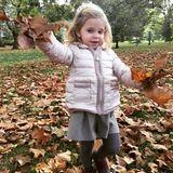 2. Oktober 2016  Der Herbst ist da! Prinzessin Madeleine teilt dieses süße Foto von Leonore. Warm eingepackt spielt die kleine Prinzessin im Laub.