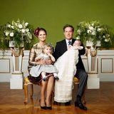 Die offiziellen Taufbilder sind da: Prinzessin Leonore sitzt bei Mama Madeleine auf dem Schoß und Prinz Nicolas in seinem historischen Taufkleid wird von Papa Chris gehalten.