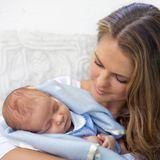 Das ist Mutterglück: Prinzessin Madeleine präsentiert sich auf ihrem offiziellen Facebook-Account mit ihrem im Juni geborenen Sohn Nicholas, der in eine blaue Decke gewickelt ist.