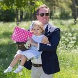 """Chris O'Neill hat seine Tochter """"eingefangen"""", die auf der Wiese viel zu entdecken hatte."""