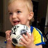 19. August 2016   Der kleine Prinz Nicolas ist auch schon ganz Feuer und Flamme für Olympia und wünscht dem schwedischen Frauen-Fußballteam alles Gute und natürlich die Goldmedaille.