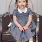 20. Februar 2016  Leonore, sonst ein kleiner Wirbelwind, sitzt ganz brav auf einem Stuhl und schaut in die Kamera.