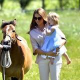 3. Juni 2016  Heute steht für Prinzessin Leonore mit Mama Prinzessin Madeleine ein Besuch des Pferdestalls in Västerhejde auf dem Programm. Hier kann Leonore endlich ihr Pony Haidi besuchen was sie zu ihrer Taufe geschenkt bekommen hat.